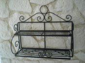 Schwarzes Metall Wandregal im Landhausstil - aufwändig gearbeitet mit dekorativen Ranken